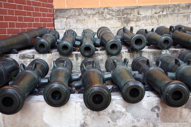 Vecchi cannoni in Cremlino di Mosca Foto a colori fotografia stock libera da diritti