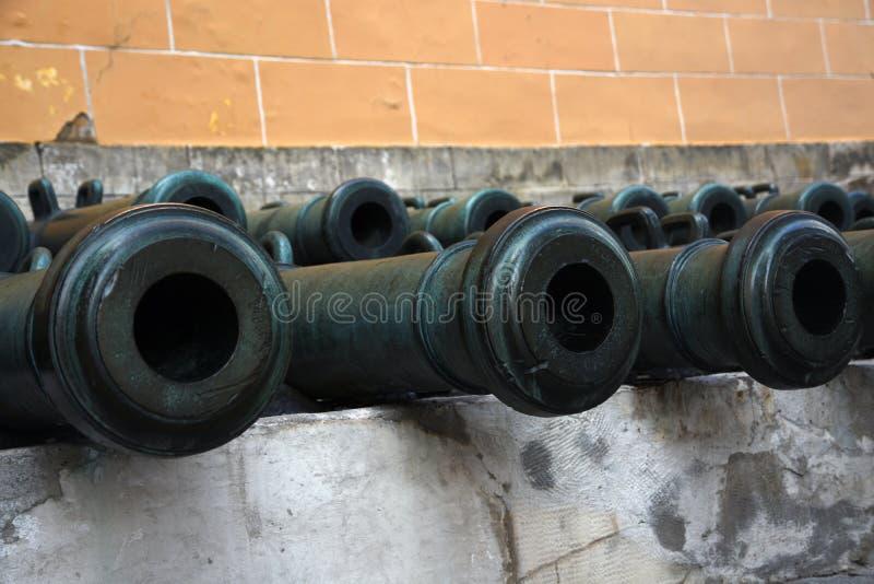 Vecchi cannoni in Cremlino di Mosca Foto a colori fotografia stock