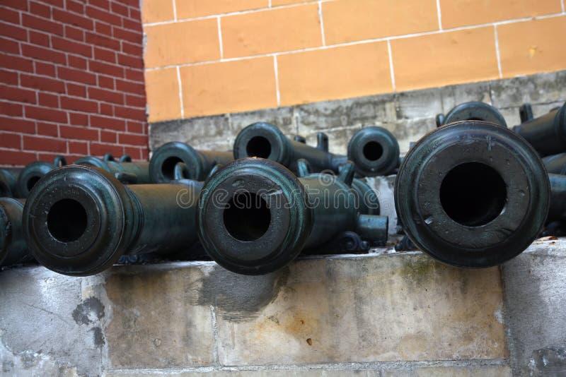 Vecchi cannoni in Cremlino di Mosca Foto a colori immagine stock libera da diritti