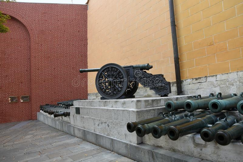 Vecchi cannoni in Cremlino di Mosca Foto a colori immagini stock libere da diritti
