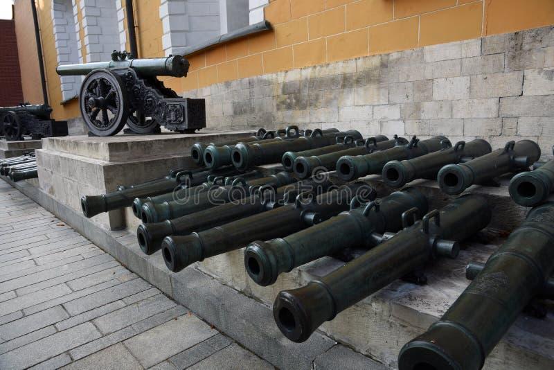 Vecchi cannoni in Cremlino di Mosca Foto a colori fotografie stock