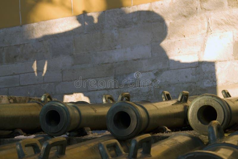 Vecchi cannoni indicati in Cremlino di Mosca fotografia stock libera da diritti