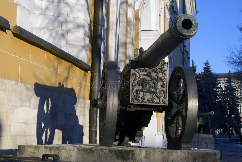 Vecchi cannoni indicati in Cremlino di Mosca Cannone del leone immagine stock libera da diritti