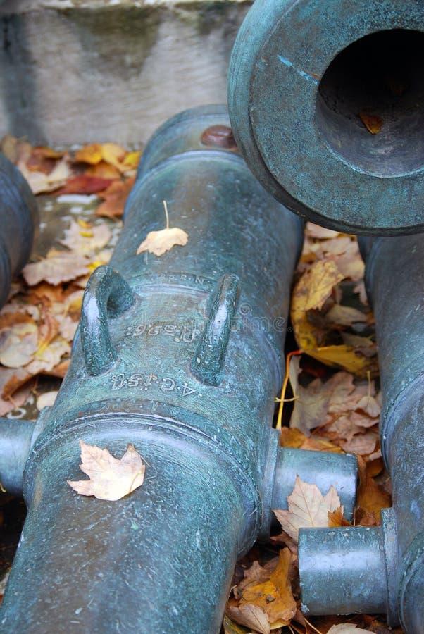 Vecchi cannoni indicati in Cremlino di Mosca Foto a colori immagine stock