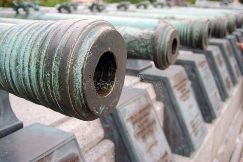 Vecchi cannoni indicati in Cremlino di Mosca Foto a colori immagini stock