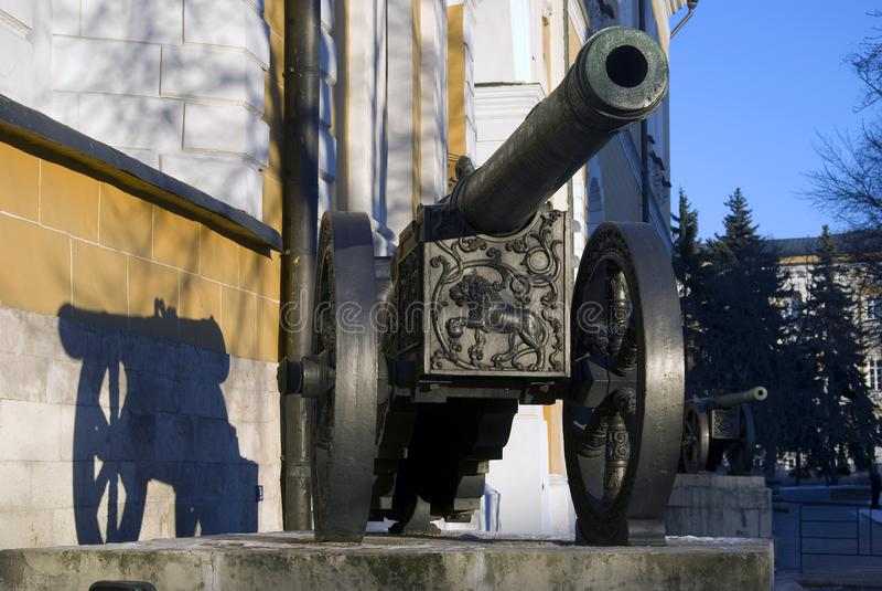 Vecchi cannoni indicati in Cremlino di Mosca In primo luogo sulla foto - cannone del leone fotografia stock libera da diritti