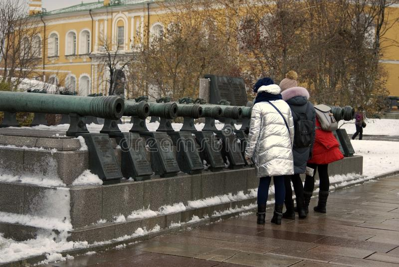 Vecchi cannoni indicati in Cremlino di Mosca Sguardo dei turisti loro fotografia stock