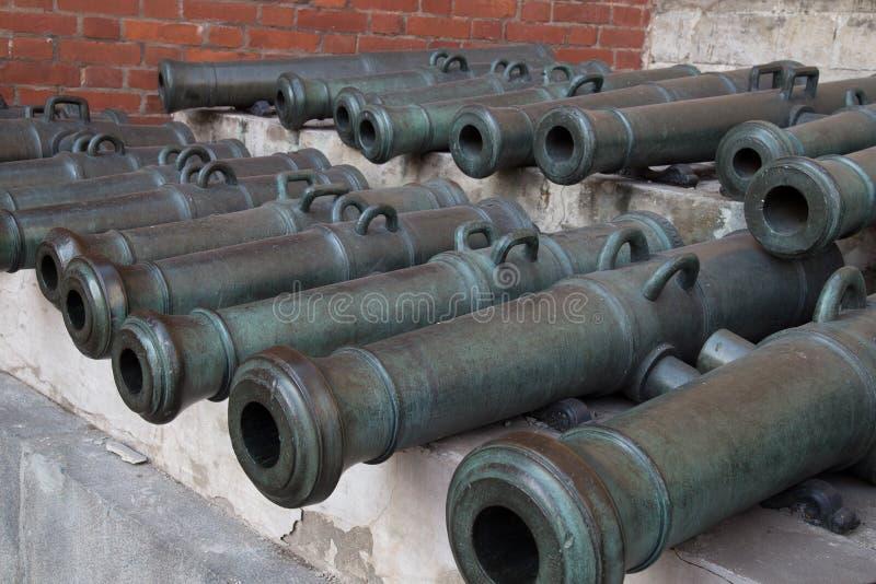 Vecchi cannoni indicati nel Cremlino di Mosca fotografia stock libera da diritti