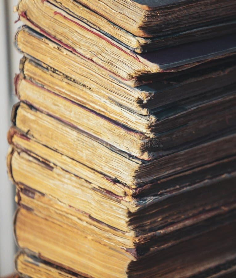 Vecchi carte, libri e documenti contenenti gli archivi storici fotografia stock
