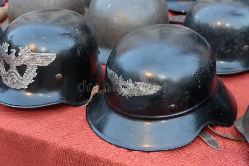 vecchi caschi militari tedeschi ad un mercato delle pulci immagine stock libera da diritti