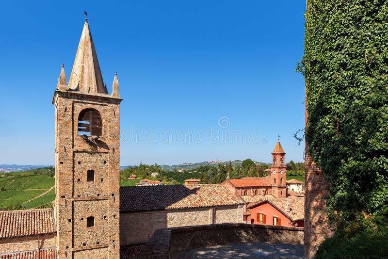 Vecchi case e campanili in piccola città italiana fotografie stock libere da diritti