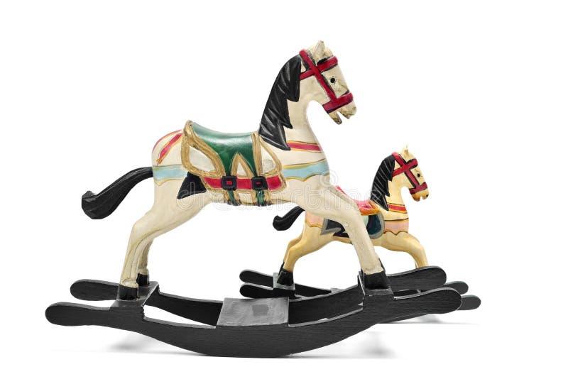 Vecchi cavalli del giocattolo su un fondo bianco fotografia stock