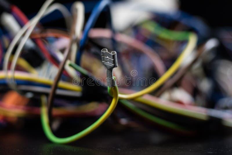 Vecchi cavi impigliati, elettronica e vecchi connettori di cavo sulla a fotografia stock