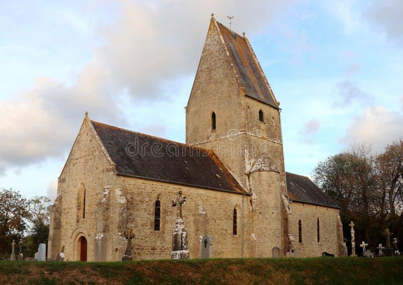 Vecchi chiesa e cimitero in Francia fotografia stock