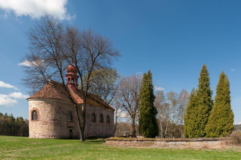 Vecchi chiesa e cimitero nel villaggio immagini stock libere da diritti