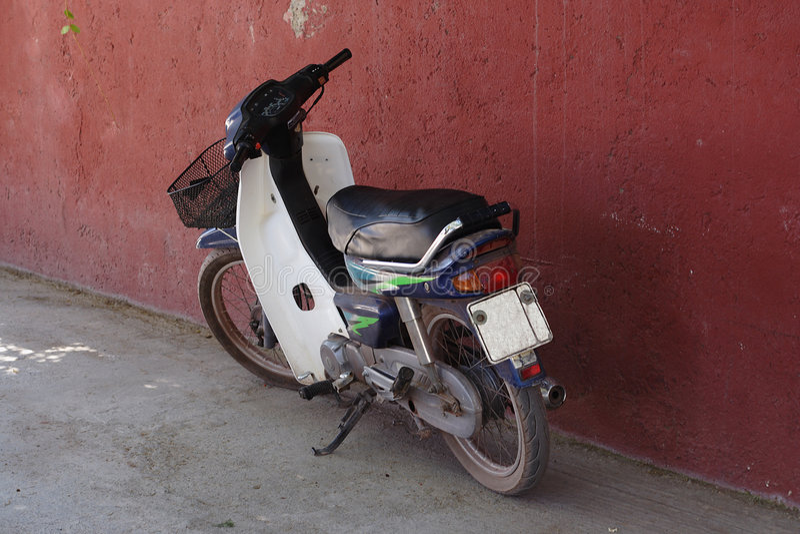 Vecchi ciclomotore/motorino fotografie stock libere da diritti
