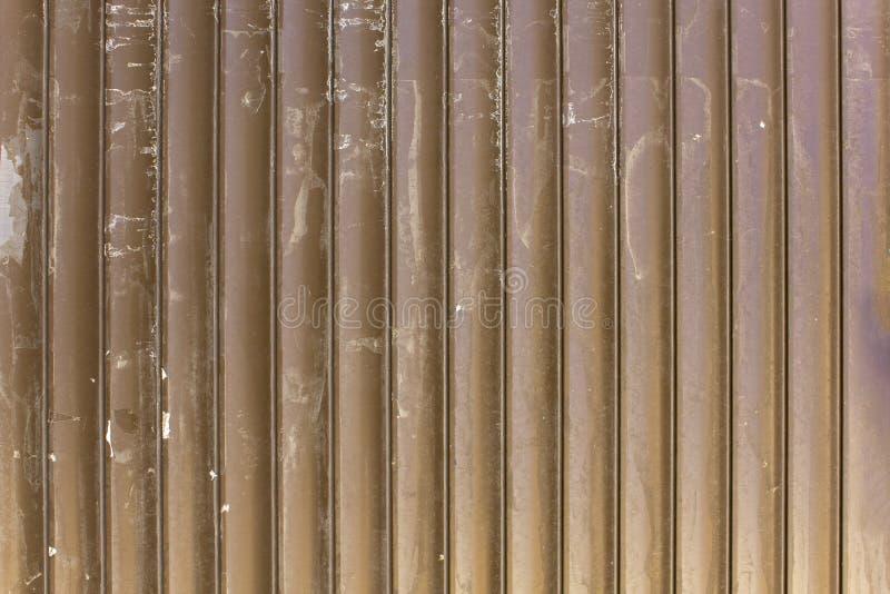 Vecchi ciechi metallici grigi gialli marroni sporchi con i punti bianchi di pittura Righe verticali Struttura della superficie ru fotografia stock libera da diritti