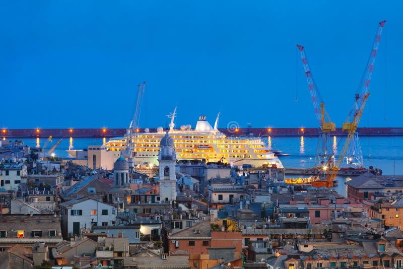 Vecchi città e porto di Genova alla notte, Italia immagine stock