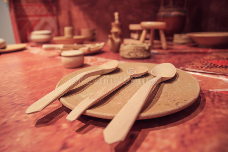 Vecchi cucchiai di legno d'annata di miscelazione ed altri utensili da cucina immagini stock libere da diritti
