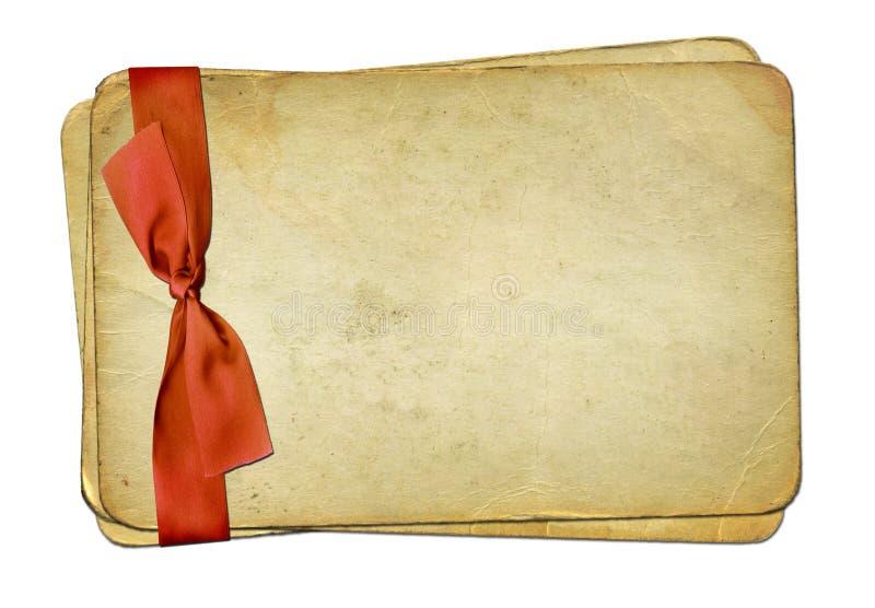 Vecchi documenti di Grunge con l'arco rosso royalty illustrazione gratis