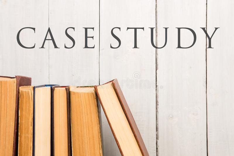 Vecchi e libri della libro con copertina rigida o libri di testo e studio finalizzato usati del testo fotografia stock
