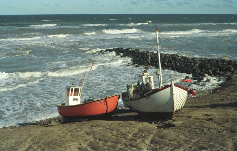 Vecchi fishboats sulla costa rocciosa del Jutland immagine stock libera da diritti