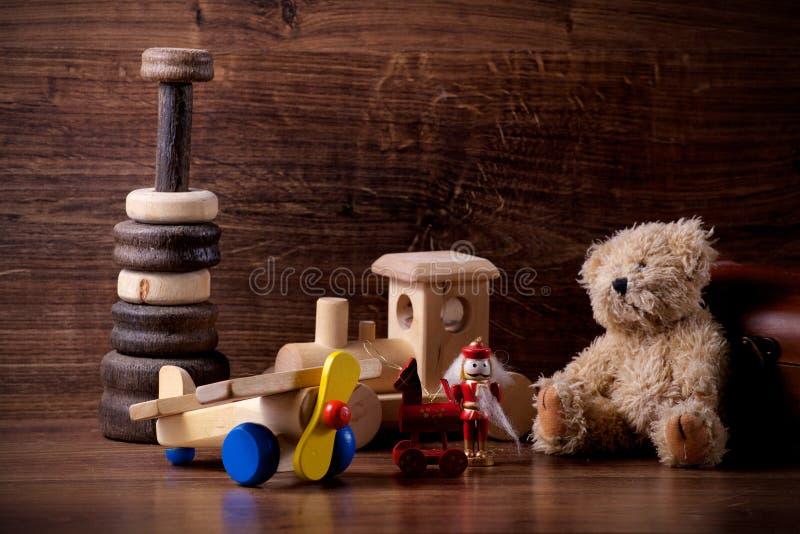 Vecchi giocattoli di legno dei bambini con l'orsacchiotto fotografie stock