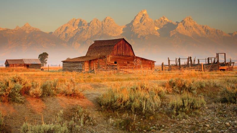 Vecchi granaio e montagne fotografie stock libere da diritti