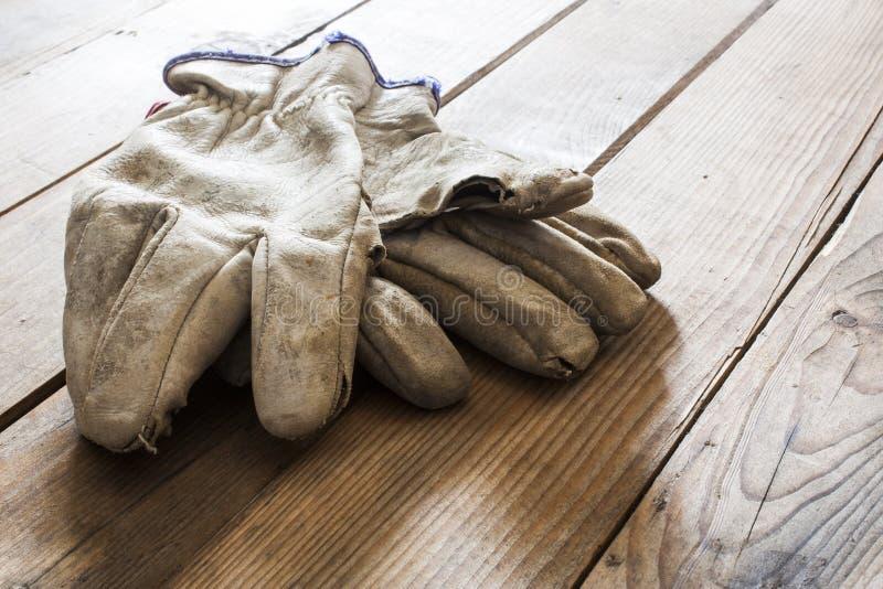 Vecchi guanti di funzionamento fotografie stock libere da diritti