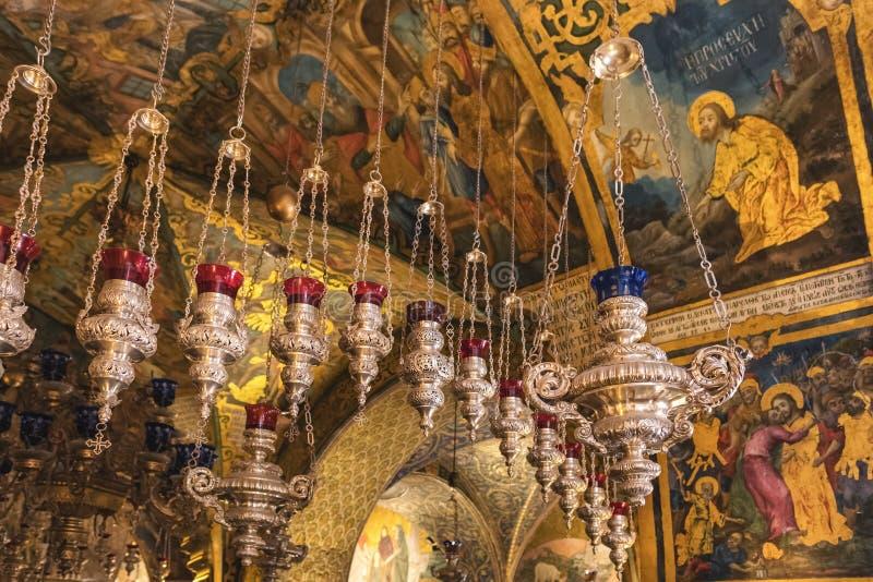 Vecchi lampade della candela e soffitto del corridoio dell'altare di Golgotha nella chiesa del sepolcro santo a Gerusalemme, Isra fotografia stock