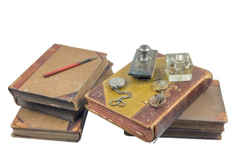 Vecchi libri con l'orologio da tasca, il presse più papier ed i vetri immagine stock