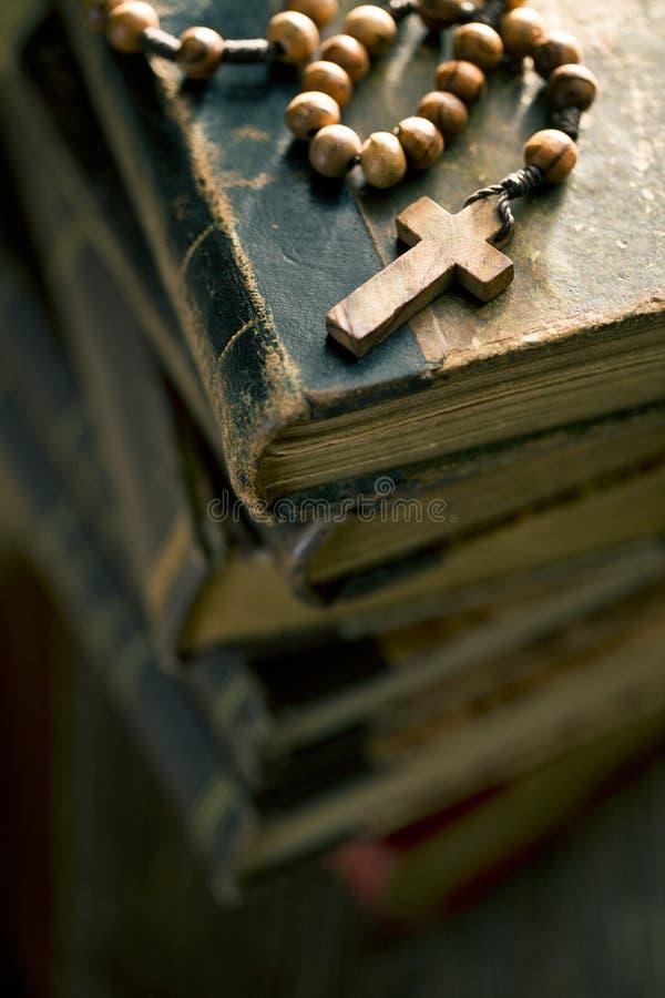 Vecchi libri con le perle del rosario immagini stock
