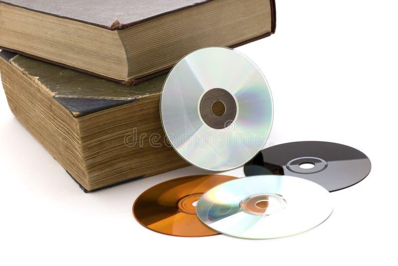 Vecchi libri e CD spessi su una priorità bassa bianca fotografia stock