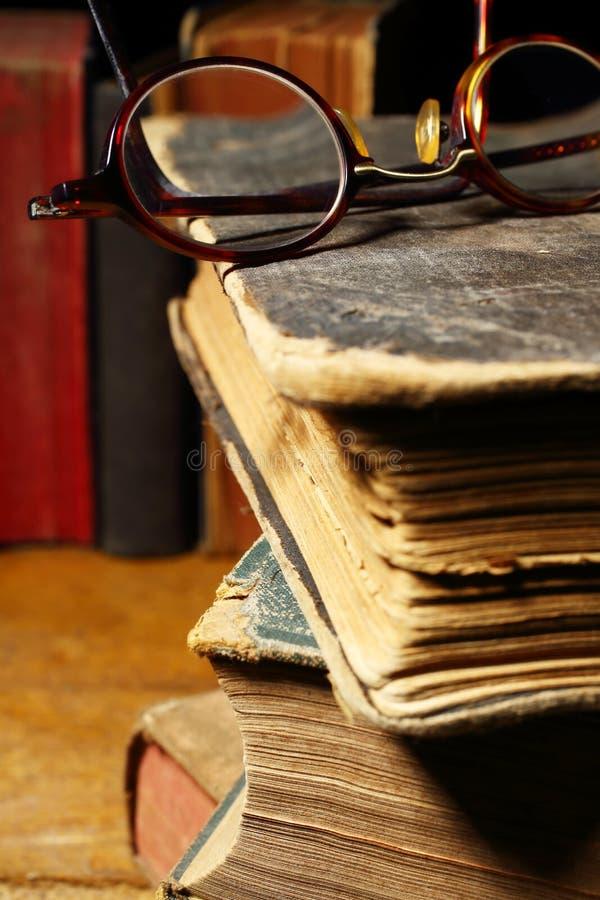 Vecchi libri e vetri immagini stock libere da diritti