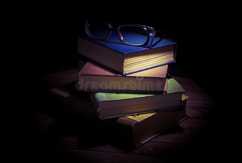 Vecchi libri nel riflettore immagini stock libere da diritti