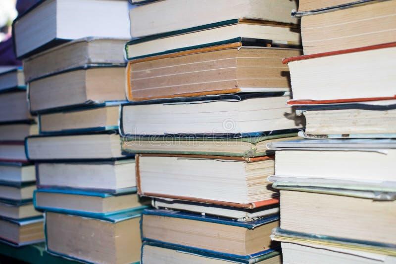 Vecchi libri in pila durante il booksale, copertine di libro variopinte immagini stock