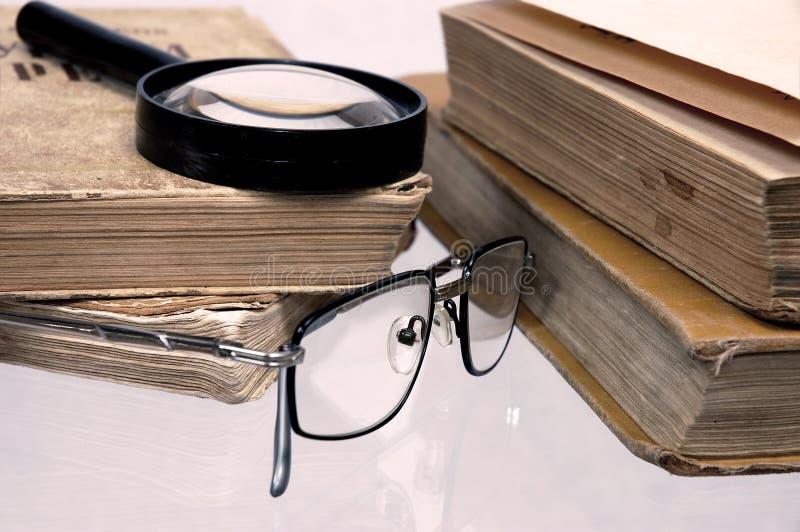 Vecchi libri su una tabella. fotografia stock libera da diritti