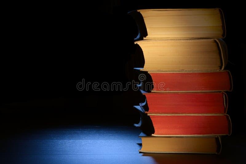 Vecchi libri su una tabella. immagini stock libere da diritti