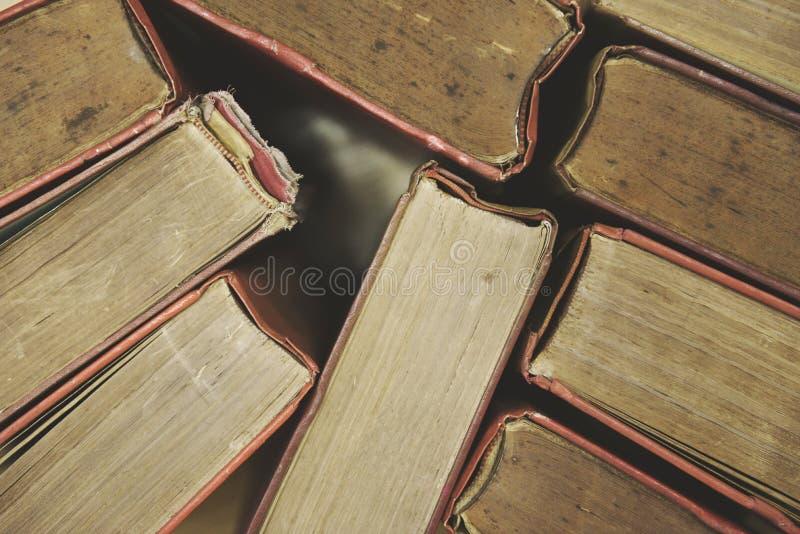 Vecchi libri su una vista superiore del pavimento di legno - mucchi del libro della libro con copertina rigida nella stanza delle fotografia stock
