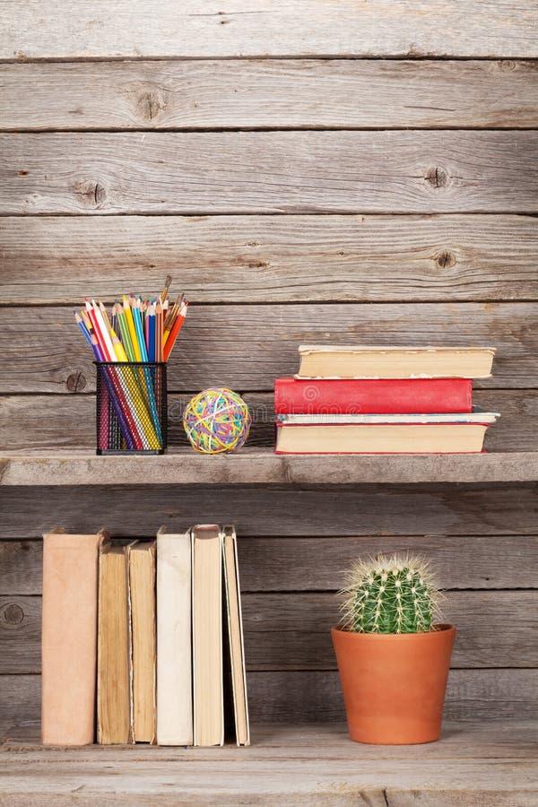 Vecchi libri su uno scaffale di legno immagine stock