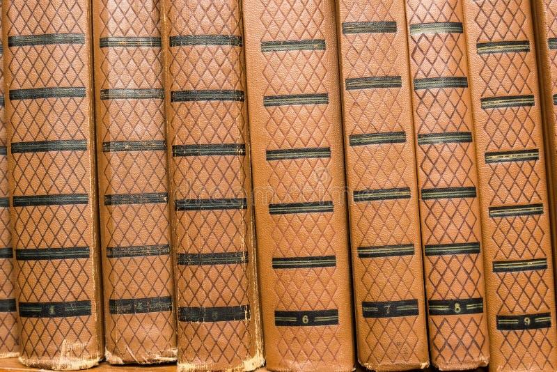 Vecchi libri sulla mensola fotografia stock