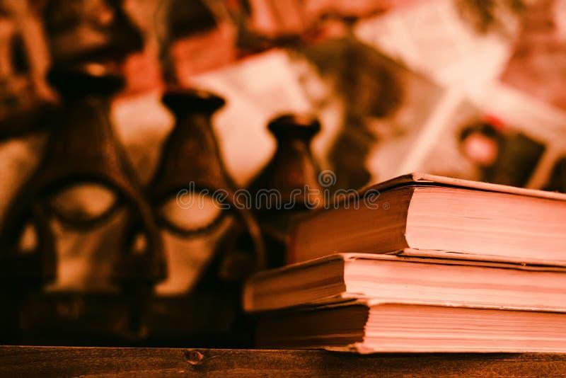 Vecchi libri sullo scaffale in retro filtro fotografia stock libera da diritti