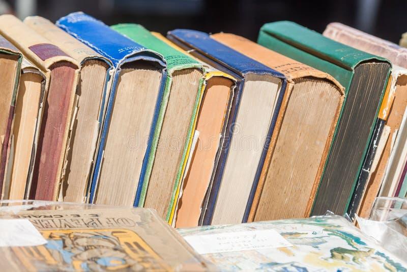 Vecchi libri in una riga immagini stock libere da diritti