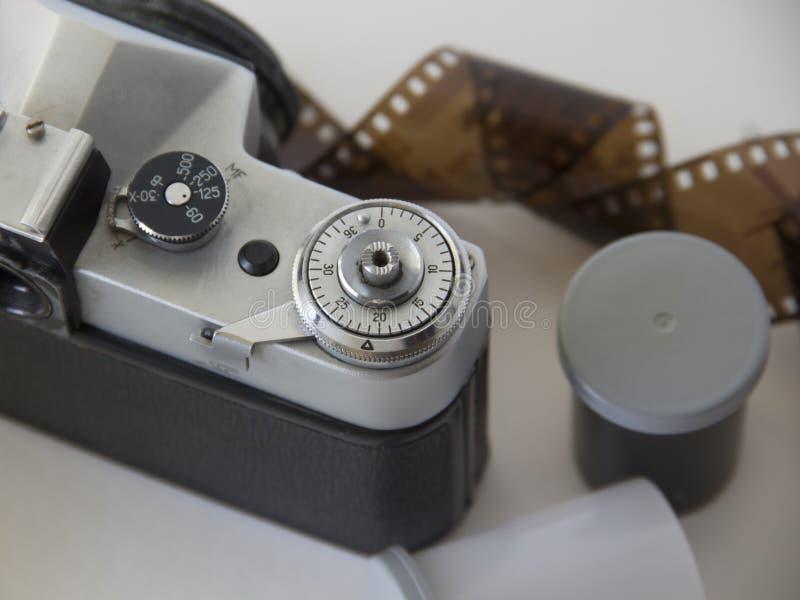 vecchi macchina fotografica e film su fondo bianco immagine stock libera da diritti