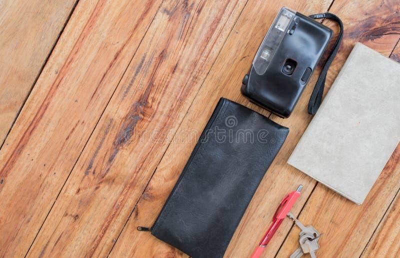 Vecchi macchina fotografica e libro sullo scrittorio di legno, viaggio, giro, concetto di turismo, vista superiore, spazio libero fotografia stock