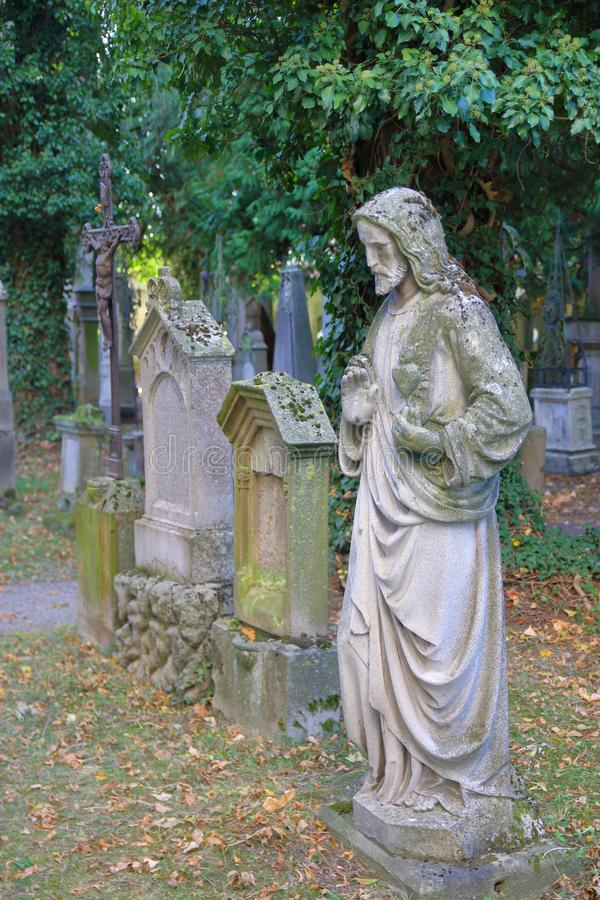 Vecchi monumenti di un cimitero antico immagine stock libera da diritti