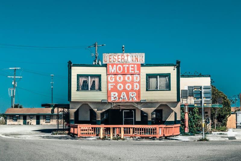Vecchi motel e barra di modo con le grandi parole rosse fotografie stock libere da diritti