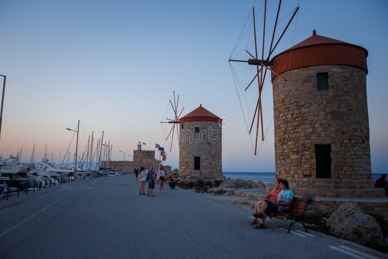 Vecchi mulini a vento di Rodi nel porto di Mandraki immagine stock