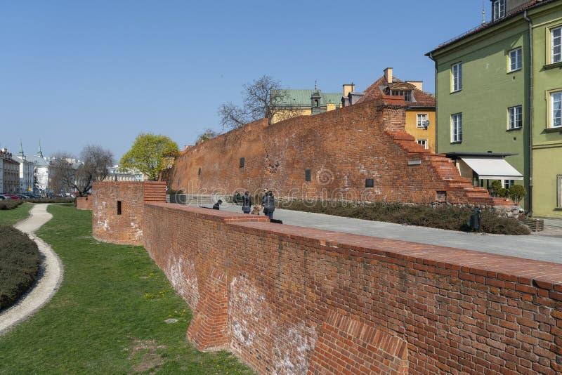 Vecchi mura di cinta a Varsavia immagine stock