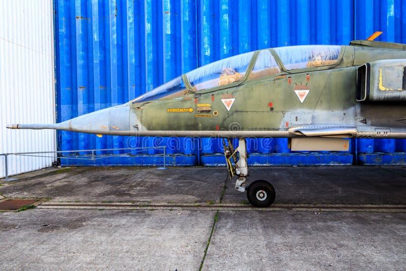 Vecchi naso e cabina di pilotaggio dell'aereo da caccia fotografia stock